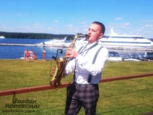 саксофонист живая музыка на окрытом воздухе